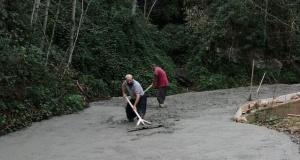 Ballıca'da hayırseverlerin desteğiyle yollar betonlanıyor