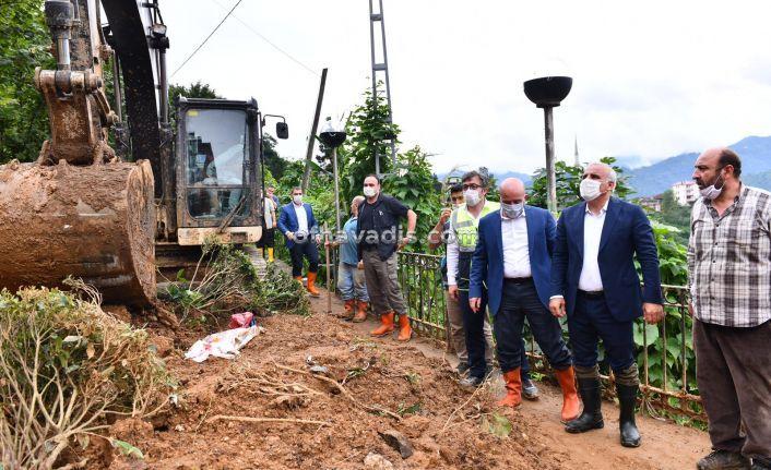 Başkan Zorluoğlu Of'ta heyelanlı alanlarda incelemelerde bulundu