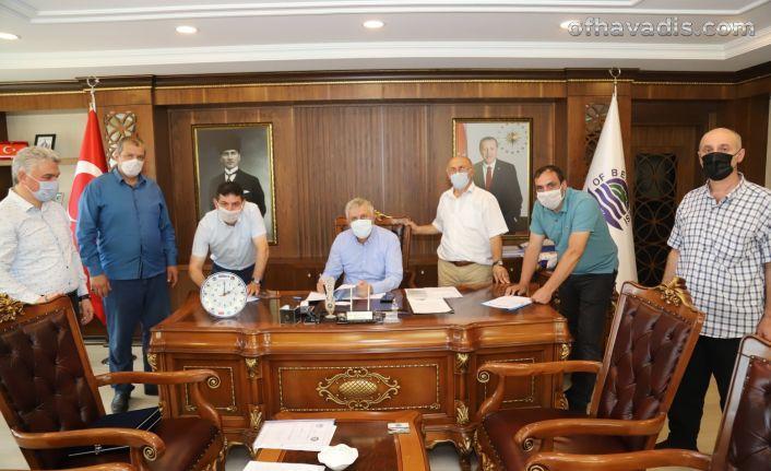 Of Belediyesi şirket çalışanlarının sözleşme sevinci