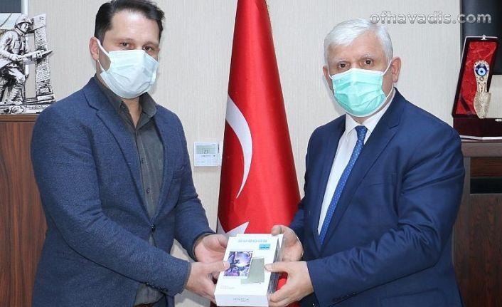 Başkan Çakıroğlu'ndan Of ve Hayratlı öğrencilere tablet