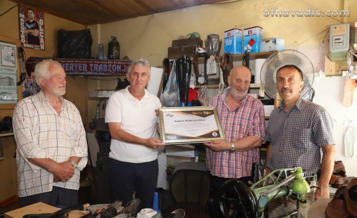 Başkan Sarıalioğlu'ndan yarım asırlık esnafa teşekkür belgesi