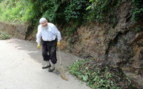 90 yaşındaki Mustafa Veli yolları temizliyor