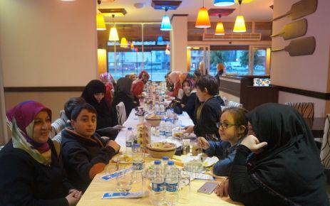 Ak Parti Kadın Kolları'ndan özel annelere yemek