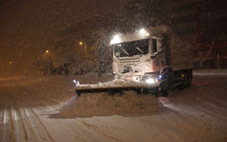 Belediye ekipleri gece gündüz kar mücadelesi yapıyor