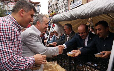 Büyükşehir Belediyesi 18 ilçede halka aşure ikram etti