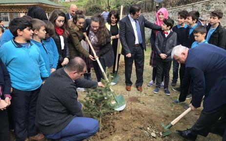 Fatih Sultan Mehmet Ortaokulu Öğrencileri fidan dikti
