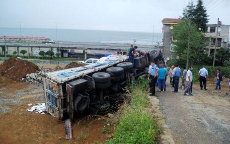 İnşaat malzemesi yüklü kamyon devrildi