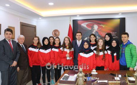 Kaymakam Fırat'tan Şampiyon Voleybolculara altın