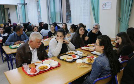 Müdür Kabahasanoğlu ilk iftarını Solaklı Fen öğrencileriyle yaptı
