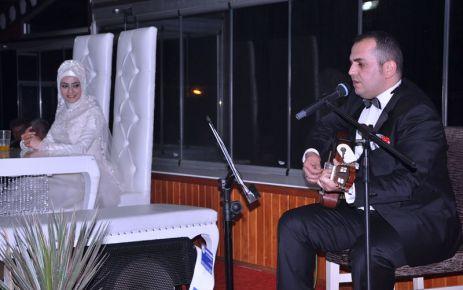 Müzisyen Damat'tan gelin hanıma şarkı süprizi