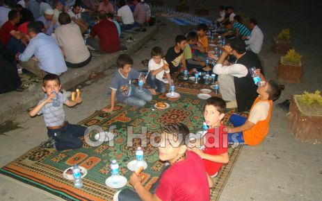 Oflular mazlumlar için su, hurma ve simitle iftar açtı