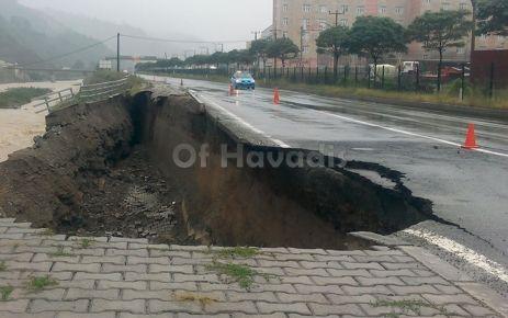 Of'ta sağanak yağış Çaykara yolunu çökertti