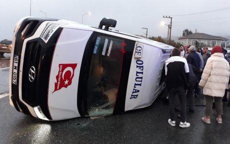 Of'ta yolcu minibüsüyle otomobil çarpıştı: 19 yaralı