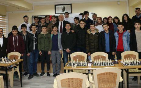 Satranç Turnuvasında başarılı öğrenciler ödüllendirildi