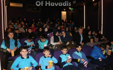 Sinema olmayan Of'ta 700 öğrenci Ayla filmini izledi