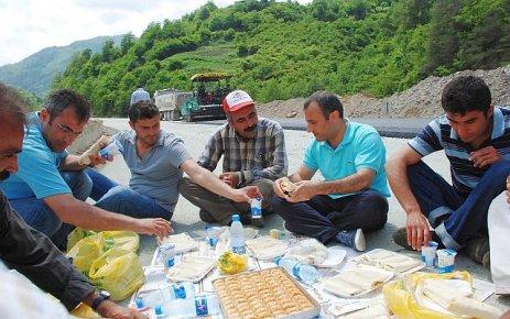 Sonel'den, yol işçilerine kebab ve baklava ikramı