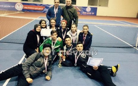 Ulusoy Lisesi teniste kızlarda ve erkeklerde derece yaptı