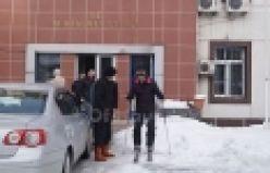 İcra Müdürü Akpınar'ın Okul Caddesinde kayak keyfi