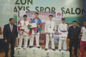 Oflu Karateciler üç şampiyon çıkardı