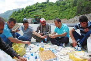 Sonel'den yol işçilerine kebab ve baklava ikramı