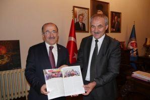 Başkan Gümrükçüoğlu şampiyon boksörü altınla ödüll