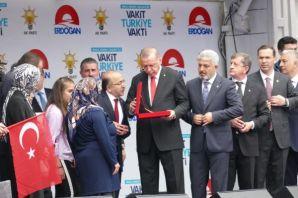 Cumhurbaşkanı Erdoğan Eren'in ailesine anahtarını