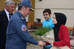 Hasan Paşa mezun olduğu okulun öğrencileriyle bulu