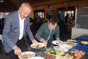 Kıyıcık Muhtar adayı Türk'ten gençlere kahvaltı