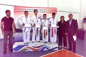 Oflu Karateciler başarıya doymuyor