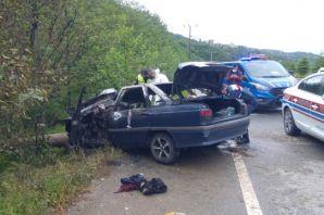 Of'ta direğe çarparak alev alan araçta 3 kişi öldü