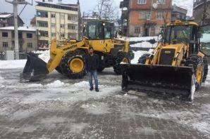 Of Belediyesi ekipleri okul bahçelerini kardan tem