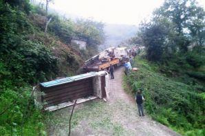 Sefaköy'de çay kamyonu devrildi: 6 yaralı