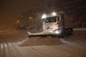Belediye ekipleri gece gündüz kar mücadelesi yapıy