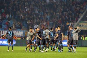 Trabzonspor 10 kişiyle gol yemeden lider Alanya'yı