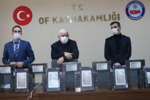 Yeşilyurt ailesinden Oflu öğrencilere 200 tablet