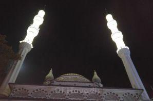 Çarşıbaşı Camii'nin çifte minareleri ışıl ışıl