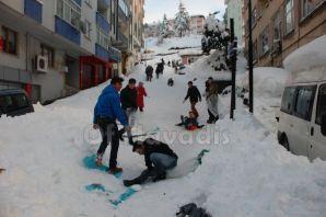 Of'ta çocukların kar keyfi