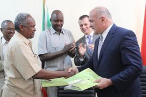 Sudan'daki FETÖ okullarını Oflu Ömer Alçep teslim