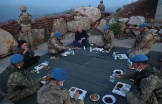 Bakan Soylu Namaz Dağı üs bölgesindeki askerlerle...