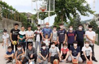 Muhtar Türk'ten Kıyıcıklı gençlere basket...