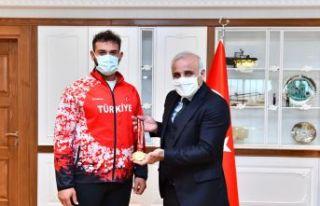 Şampiyon sporcular Başkan Zorluoğlu'nu ziyaret...