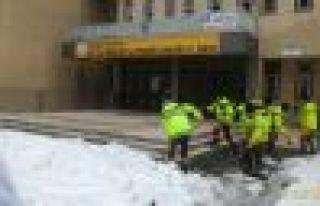 Büyükşehirden okullarda kar temizliği mücadelesi