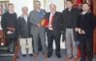 Din-Bir-Sen'den Başkan Saral'a plaket