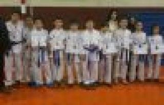 Karatecilerden 7 birincilik, 4 ikincilik, 5 üçüncülük...