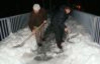 Kuzey Yıldızı Derneği üst geçidin karını temizledi