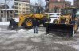 Of Belediyesi ekipleri okul bahçelerini kardan temizledi