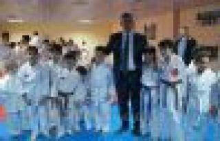 Of Belediyesi Karate Takımının sporcuları kuşak...