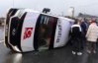 Of'ta yolcu minibüsüyle otomobil çarpıştı:...