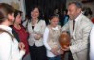 Prof. Nazan Bekiroğlu'dan Oflu öğrencilere altın