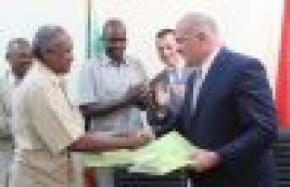 Sudan'daki FETÖ okullarını Oflu Ömer Alçep teslim...